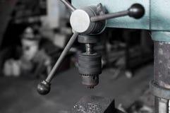 Старая и пакостная сверля машина в фабрике Стоковое Изображение