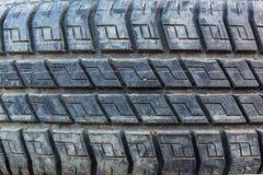 Старая и пакостная текстура автошин подержанного автомобиля Закройте вверх по стогам старых автошин стоковое изображение rf