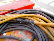 Старая и поврежденная электрическая линия, закрывает вверх взгляд поврежденный стоковая фотография