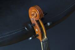Старая и пылевоздушная скрипка стоковое фото