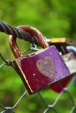 Старая и ржавая смертная казнь через повешение padlock на мосте Стоковые Фото