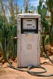 Старая и ржавая станция gaz окруженная кактусом Стоковая Фотография RF