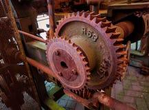 Старая и ржавая шестерня шестерни машины в фабрике Стоковое фото RF