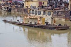 Старая и ржавая шлюпка на погосте корабля стоковое фото rf