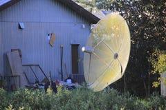 Старая и ржавея спутниковая антенна-тарелка Стоковое фото RF