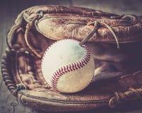 Старая и worn используемая кожаная перчатка спорта бейсбола над постаретый Стоковые Фото