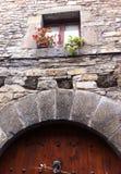 Старая каменная дверь дома стоковые фотографии rf