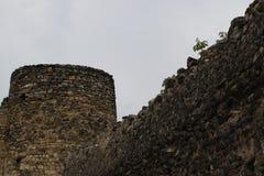 Старая каменная крепостная стена и круглая башня стоковое изображение rf