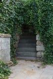Старая каменная лестница водя в интерьер древней крепости Стоковые Изображения RF