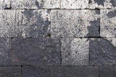 Старая каменная покрашенная стена белой и пакостной Стоковая Фотография