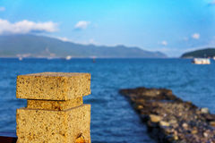 Старая каменная пристань и голубое море Стоковые Изображения RF