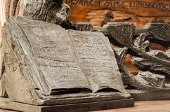 Старая каменная статуя книги Стоковые Фото