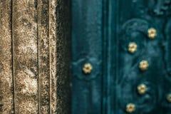 Старая каменная стена и старая дверь, каменная картина Стоковая Фотография RF