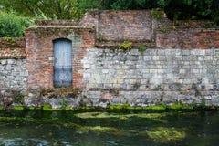 Старая каменная стена на реке Стоковые Изображения RF