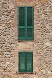 Старая каменная стена с деревянными дверью и окном балкона Стоковые Изображения