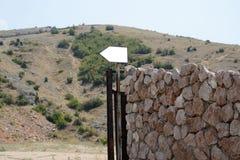 Старая каменная стена с указателем Стоковая Фотография RF