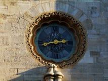 Старая каменная стена с элегантно конструированными часами стоковые фото