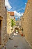 Старая каменная узкая улица Hvar Стоковое фото RF