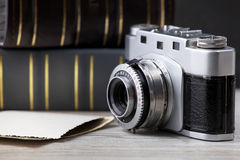 Старая камера и старый альбом изображений стоковое фото rf