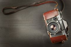 Старая камера на черной деревянной предпосылке Камера прошлой рекламы для продажи камеры Для камеры фильма крена Стоковая Фотография RF