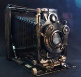 Старая камера на черной ткани Стоковые Изображения