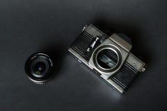 Старая камера фильма и ручной объектив, черная предпосылка Стоковое Изображение RF