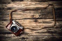 Старая камера фото на древесине стоковые фотографии rf