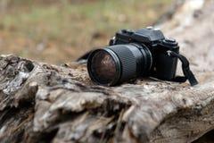 Старая камера фото фильма с аксессуарами камеры на деревянной деревенской предпосылке Стоковые Изображения RF