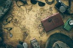 Старая карта, винтажное оборудование перемещения и сувениры от по всему миру перемещения/место для вашего текста стоковые изображения
