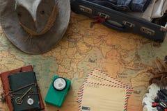 Старая карта, винтажное оборудование перемещения и сувениры от по всему миру перемещения/место для вашего текста стоковые изображения rf