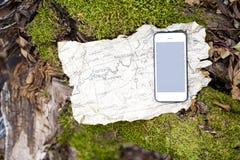 Старая карта и smartphone в лесе осени Стоковая Фотография RF