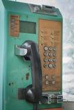 Старая карточка общественного телефона и монетк-работанный Стоковое Изображение RF