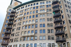 Старая квартира с изогнутыми балконами стены и утюга Стоковое Изображение RF