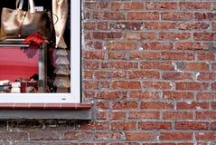Старая кирпичная кладка сделанная красного цвета выдержала кирпичи рядом с большим окном Стоковое фото RF