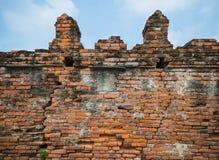 Старая кирпичная стена и небо Стоковые Фото
