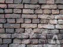 Старая кирпичная стена, кирпичная кладка старых камней, светлый бежевый цвет grkbaia с текстурированными глубокими crevices между Стоковая Фотография RF