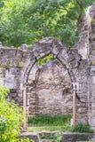 Старая кирпичная стена старого загубленного покинутого замка стародедовская кирпичная кладка Стоковые Изображения