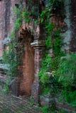 Старая кирпичная стена с воротами стоковое фото rf