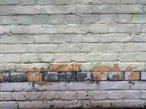 Старая кирпичная стена шелушения, старые кирпичи известка, апельсин и цвета пурпура, пустой космос для текста Стоковые Изображения RF