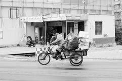 Старая китайская женщина с определенным циклом носит сумки стоковые фото
