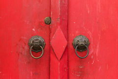 Старая китайская красная предпосылка двери Стоковое Изображение RF