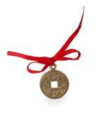 Старая китайская монетка с красной лентой Стоковые Фотографии RF