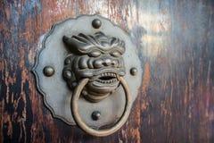 Старая китайская ручка двери льва стоковое фото