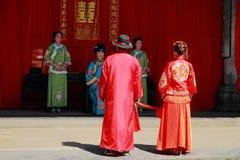 Старая китайская традиционная свадьба, смычок к раю и земля как часть свадебной церемонии стоковое изображение