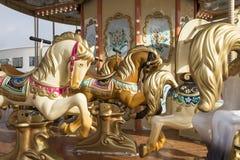 Старая классическая французская винтажная лошадь carousel в конце парка праздника вверх Весел-идти-круглый с лошадями Стоковые Изображения RF