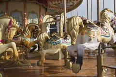 Старая классическая французская винтажная лошадь carousel в конце парка праздника вверх Весел-идти-круглый с лошадями Стоковое фото RF