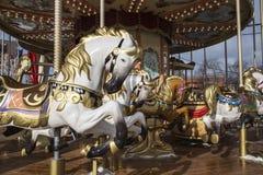 Старая классическая французская винтажная лошадь carousel в конце парка праздника вверх Весел-идти-круглый с лошадями Стоковая Фотография RF