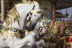 Старая классическая французская винтажная лошадь carousel в конце парка праздника вверх Весел-идти-круглый с лошадями Стоковое Изображение