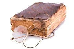 Старая книга и стекла Стоковые Изображения RF