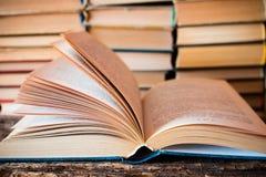 Старая книга на предпосылке стога книги Стоковая Фотография RF